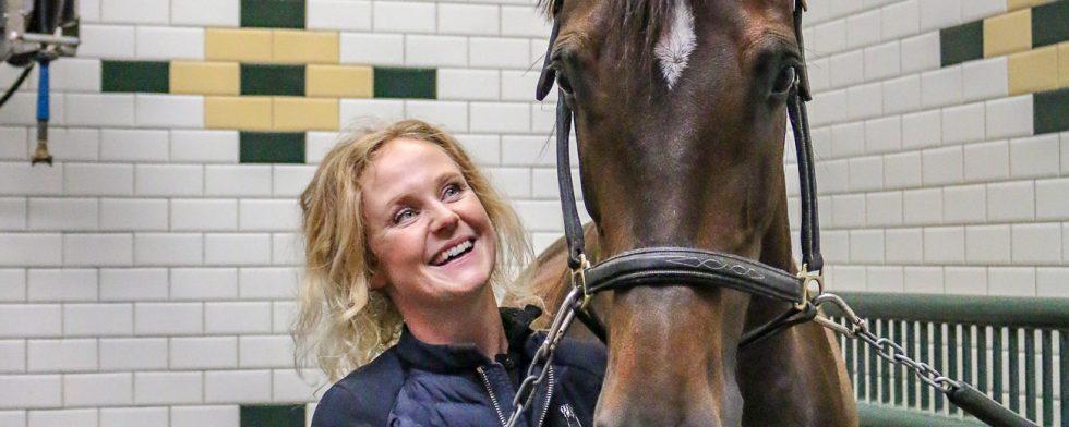 Juliette Ramel med sin ögonsten Buriel K.H hemma i stallet. Foto: Kim C Lundin