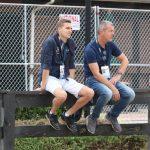 Andreas Helgstrand och Dr Ulf Möller spanar från staketet.