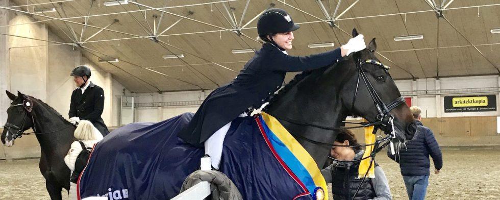 så mycket känslor för ägaren Emma Karlsson och Sandra Sterntorp när comeback-kungen Simmebros Martell segrade. Foto: Kim C Lundin