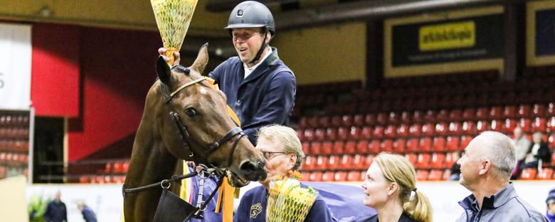 Jens Fredricson och Cosmopolit som ville både äta blommor och pussa på SWB:s ordförande Olle Kindberg Foto: Kim C Lundin