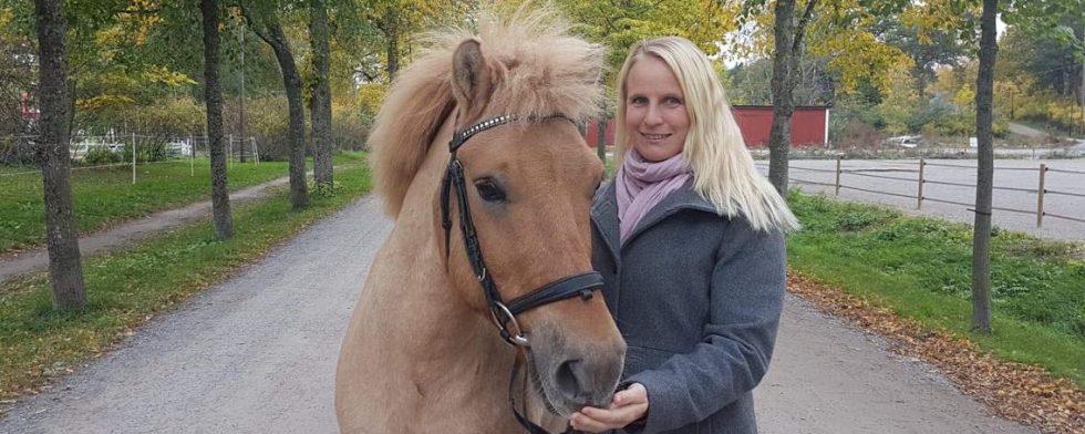 Ridskolechef Nina Latumaa kom på idén med att köpa ponnyer. Foto: Privat