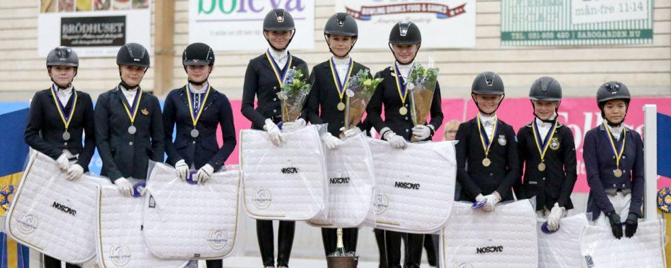 Lag-SM för ponny är avgjort, från vänster Värmland på silver, Göteborg och Bohuslän med guld och bronslag är Föreningen Mantorps Ryttarna. Foto: Fredrik Jonsving