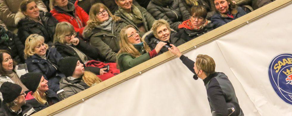 Patrik Kittel svarade på publikens frågor efter sin clinic i Helsingborg. här är det Eva Larsson och kamraten Sofia Lembke som får svar. Foto: Kim C Lundin