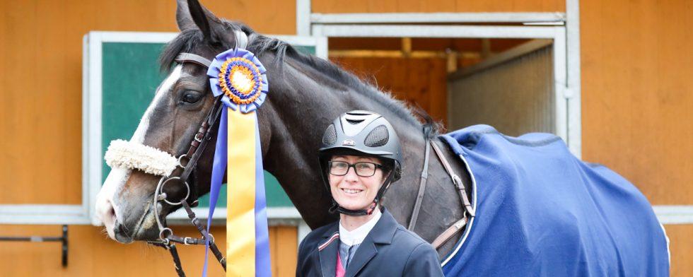 Lyckliga vinnare! Magdalena Regårdh och Lucy In the Sky efter segern i 1.50 i Helsingborg. Foto: Fredrik Jonsving