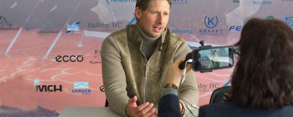 Patrik Kittel berättar för Ridenews om dagens och gårdagens testridning i Herning. Foto Per Torp.