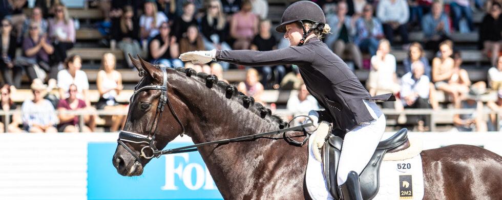 Anna Svanberg hyllar 2M2 Foxtrot när de fina omdömena läses upp Foto: Kim C Lundin