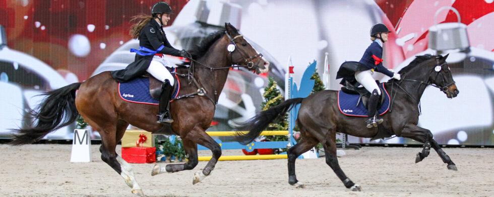 Cathrine Dufour jagar Lina Dolk som avgick med seger tillsammans med Alexander Zetterman  Foto: Fredrik Jonsving