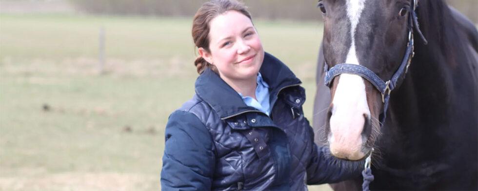 Katrin Lindroth, SLU, med hästen Bacchus. (Foto: Carin Wrange/SLU)